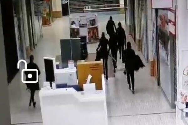 Páchatelia na zábere z bezpečnostnej kamery.
