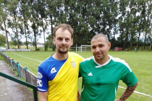 Mimo ihriska kamaráti, na trávniku súperi. Ján Onreička (vľavo) a Pavol Maraz pred zápasom Hôrka nad Váhom - Moravské Lieskové.