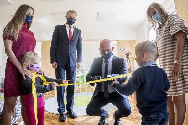 Na Bernolákovej ulici v Bratislave otvorili prvú univerzitnú materskú školu na Slovensku s názvom STUbáčik. Na snímke vpravo minister školstva Branislav Gröhling (SaS) a vľavo rektor Univerzity STU Miroslav Fikar počas slávnostného prestrihnutia pásky 7. septembra 2020.