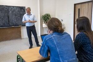 Róbert Tomolya, učiteľ matematiky ainformatiky na slovensko-maďarskom gymnáziu, Fiľakovo.