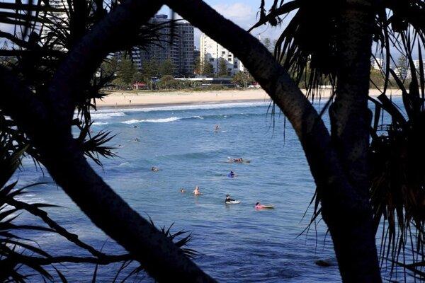 Surferi pri pláži Greenmount Beach v lokalite Southern Gold Coast area na východe Austrálie.