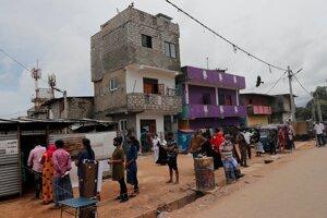 Voliči stoja v rade pred volebnou miestnosťou v srílandskom najväčšom meste Kolombo počas odložených parlamentných volieb 5. augusta 2020.