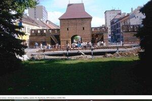 Za primátora Schustera bola počas mestských osláv v roku 1997 osadená obrovská drevená brána za 700-tisíc vtedajších slovenských korún (vyše 23-tisíc eur). Potom záhadne zmizla.