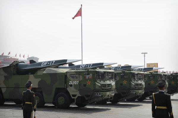 Príslušníci raketových vojsk s balistickými raketami DF-17 čínskej armády.