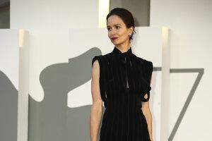 Hrečka Katherine Waterston v šatách značky Prada