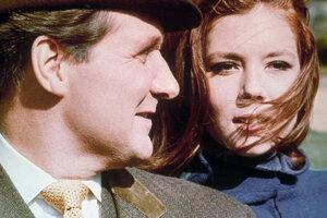 Na archívnej snímke z roku 1966 Patrick Macnee (vľavo) ako John Steed a Diana Riggová ako Emma Peelová počas scény zo seriálu The Avengers.