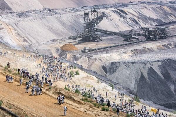 Aktivisti proti klimatickej zmene protestovali proti ťažbe hnedého uhlia v priestoroch lignitovej bane Garzweiler v spolkovej krajine Severné Porýnie-Vestfálsko v sobotu 22. júna 2019.