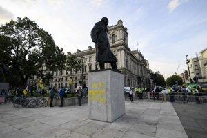 Poškodená socha Winstona Churchilla na Parliament Square v Londýne.