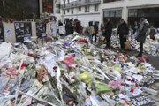 Kvety pred centrálou Charlie Hebdo v Paríži po útoku v roku 2015.