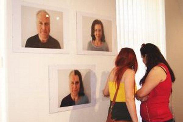 Výstavu Diplom 2015 si v galérii môžete pozrieť do 28. júna.Na snímke séria fotografií absolventky Ivany Branikovičovej s názvom Tvár, školiteľ Eva Kleinová.