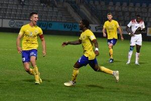 Martin Kolesár (vľavo) sa teší so strelcom vyrovnávajúceho gólu Ricardom Phillipsom.