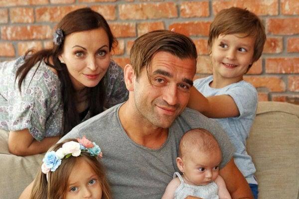 Milan Ondrík spartnerkou Zuzkou Moravcovou aich deťmi.