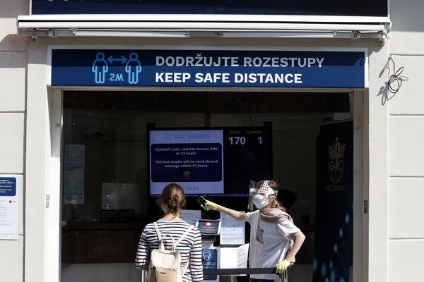 Žena sa necháva testovať na COVID-19 na odbernom mieste v Prahe.