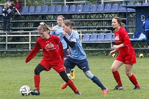 Futbalistky Nitry (v modrom) po roku účinkovania v druhej lige postupujú do najvyššej súťaže.