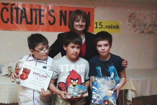Ceny zástupcom víťazných tried odovzdávala Monika Lobodášová, riaditeľka krajskej knižnice v Nitre.