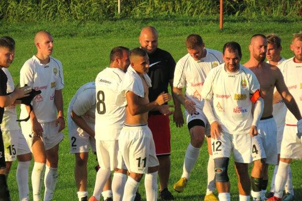 Futbalisti Hosťovej vyradili šiestoligový Močenok. V strede s číslom 11 Oskar Kukučka, autor troch gólov.