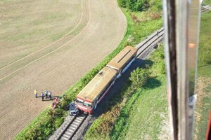 Zrážka vlaku a osobného auta sa odohrala pri obci Bíňa v okrese Nové Zámky.