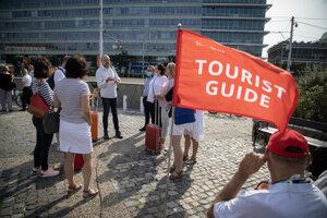 Účastníci pred Prezidentským palácom počas zhromaždenia a sprievodu Asociácie hotelov a reštaurácií Slovenska.