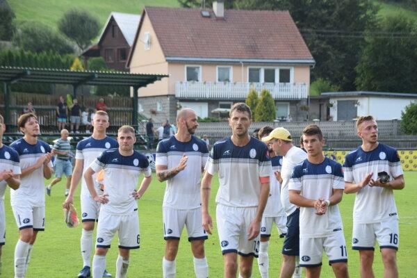 Hráči Makova po zápase so Sereďou aj so strelcom jediného gólu Pavlom Zimkom (vpravo).