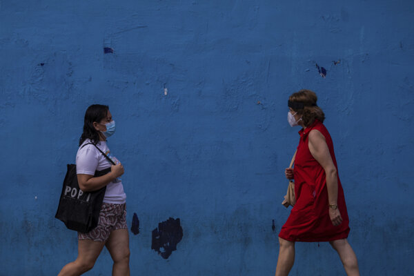 Ženy s rúškami v Madride.