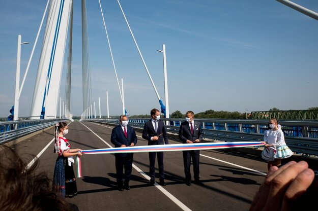 Slávnostné otvorenie mosta Monoštor cez Dunaj medzi mestami Komárno a maďarským Komáromom vo štvrtok 17. septembra.