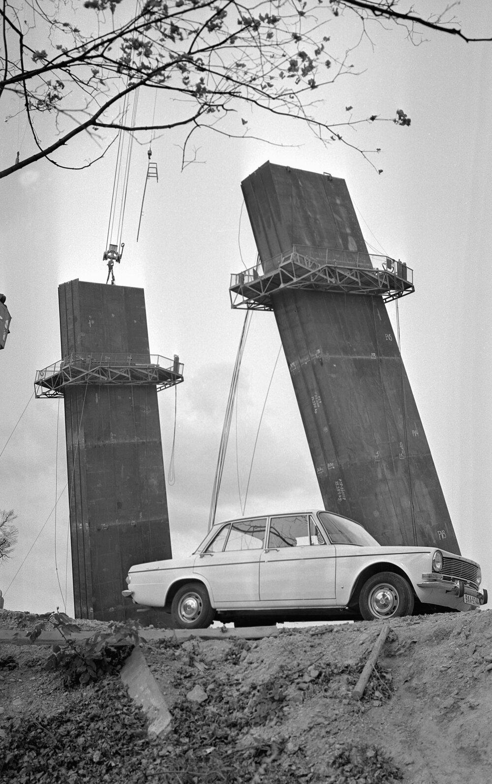 November 1969. Kladenie ťažných 40 tonových lán na oceľový pylón.