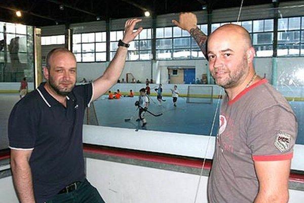 Vedľajšia plocha zimného štadióna sa hotuje na ťaháky leta. Na snímke viceprimátor M. Nemky a manažér S. Petrík pri obhliadke nových plexiskiel.