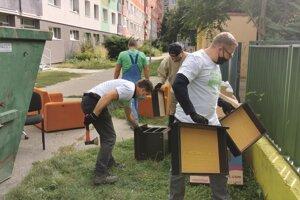Viac ako dvadsať dobrovoľníkov v piatok pomohlo krízovému centru DÚHA v Bratislave.