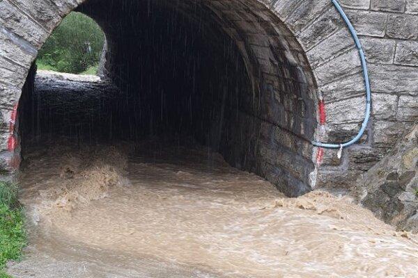 V obci Svrčinovec pracovali v uplynulých dňoch ŽSR na čistení tunelov. Zamestnanci sa venovali priepustom a priekopám, kde sa pri prívalových dažďoch zhromažďujú nánosy.