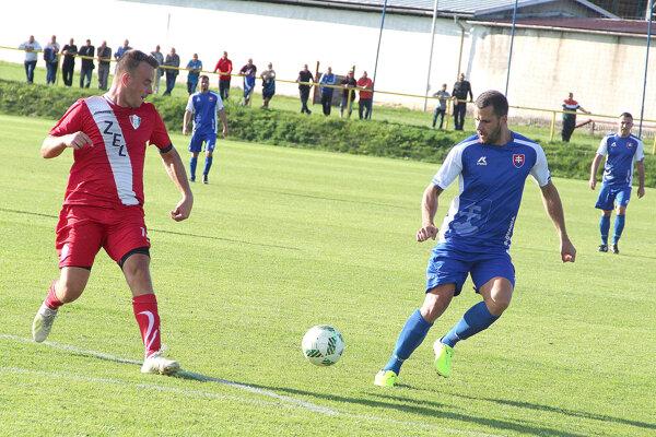 V tvrdošínskom drese si otvoril gólový účet Lukáš Švikruha (vpravo).