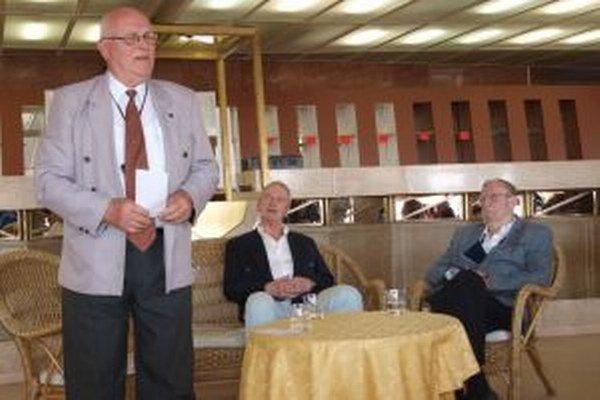 Besedu s umelcami pripravil Literárny klub Janka Jesenského, zľava jeho predseda Ivan Godál, Braňo Hronec a Ľubomír Feldek.