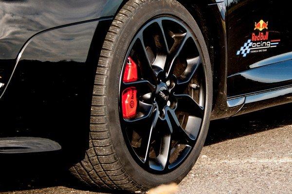 Zimné pneumatiky ešte nerobia šoféra kráľom ciest. Jesenné oteplenie nám pokazilo radosť z testu a zobralo istotu za volantom. Podobný efekt sme zistili nedávno v Nemecku pri testovaní Astry OPC.