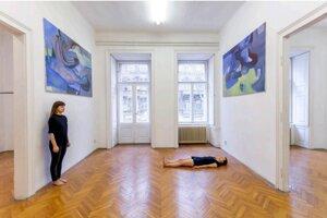 Ludmila Hrachovinová- Performance, installation of paintings, metal pole, Budapest 2020.