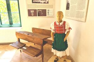 Socha dievčaťa vznikla podľa dobovej fotografie (v pozadí).