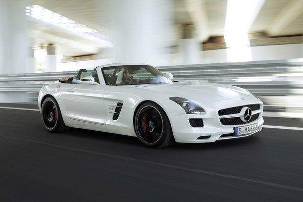 Mercedes-Benz SLS na trhu bojuje o svojich zákazníkov vo verziách roadster i kupé.