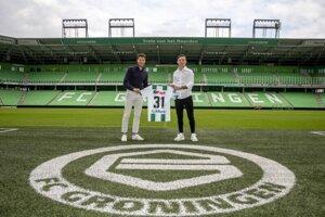 Tomáš Suslov (vpravo) po podpise nového - dlhoročného kontraktu s FC Groningen.