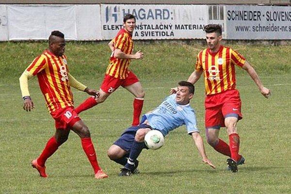 ČFK Nitra podľahol Galante 1:3. V strede domáci hrajúci tréner Erik Hrnčár, vľavo Elvis Mashike Sukisa.