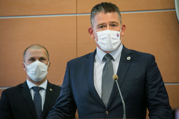 Minister vnútra Roman Mikulec a dočasný policajný prezident Peter Kovařík (vzadu).