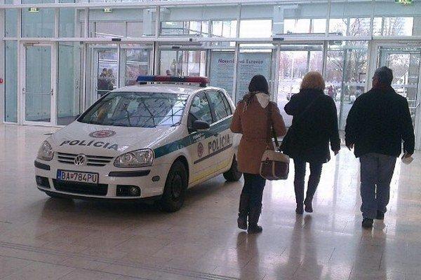 Policajné auto v nákupnom centre.
