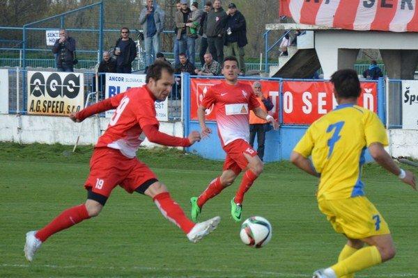 Víťazný gól strelil z priameho kopu Martin Jurica (na snímke v strede, za Varhaníkom).