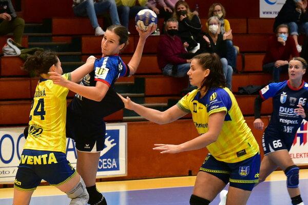 S loptou Natália Némethová, najlepšia strelkyňa zápasu.