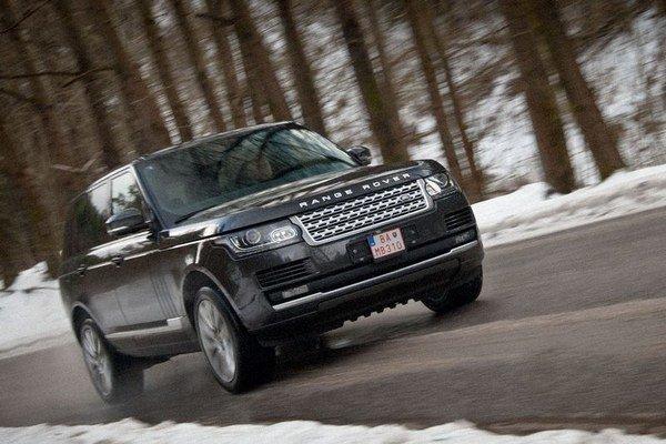 """Už staré mamy nám prízvukovali, aby sme neopúšťali cestu pre chodník, avšak Range Rover je auto na to ako stvorené. Vytiahli sme ho na strmú cestu s ľadovým podkladom a """"firnovým"""" snehom. Skúšali sme viac charakter pohonu než prejazdové uhly."""