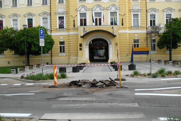 Pod námestím prasklo potrubie. Škody narobila voda pod povrchom, cesta sa zvlnila.