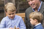 Princ George sa hrá s darovaným zubom žraloka.