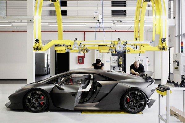 Lamborghini Sesto Elemento sa na štandardné cesty nikdy nedostalo. Vyrobených bolo len asi 20 kusov vozidiel s jednotkovou cenou dva milióny eur.