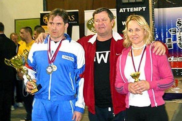 V. Kertész (v strede) so svojimi zverencami P. Slížom aK. Javorčíkovou.