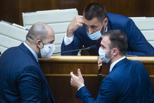 Na snímke poslanci NR SR zľava Peter Pčolinský (Sme rodina), Marián Viskupič (SaS) a Michal Šípoš (OĽaNO) počas rokovania 12. schôdze parlamentu v utorok 29. septembra 2020 v Bratislave.