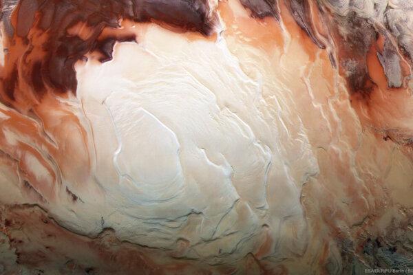 Južný pól Marsu. Pod ľadom s hrúbkou 1,5 kilometra vedci našli štyri tekuté jazerá s veľmi slanou vodou.