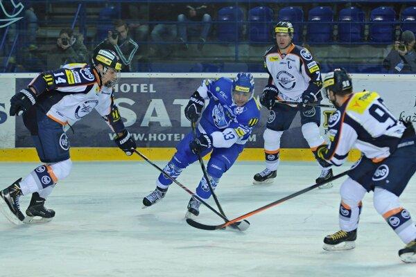 Erik Černák (vľavo) robil prvé kroky v seniorskom hokeji po boku skúseného Martina Štrbáka (vzadu).