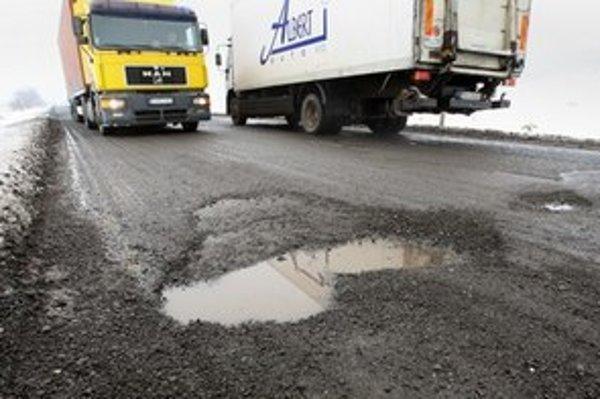 Vozovka nemá asfaltovú vrchnú vrstvu.